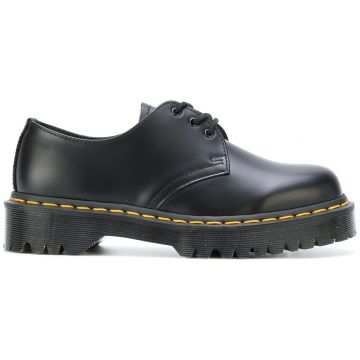 lace up shoes Dr. Martens
